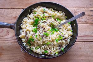 Откорректируйте вкус, добавив немного соли и чёрного молотого перца. Добавьте зелёный лук. Перемешайте. Блюдо готово.
