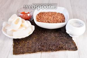 Для приготовления роллов с кальмарами и красной икрой вам понадобится соль, гречневая крупа, кальмары, икра красная и лист нори.