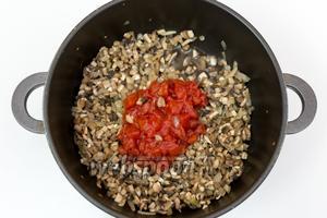 Добавим помидоры в собственном соку. Тушим до частичного испарения жидкости.