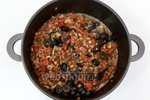 Солим, перчим, добавим травы и нарезанные оливки...