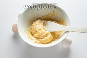 Даём заваренной массе чуточку остыть (буквально пару минут, не больше) и втираем в неё яйца. Не вбиваем, а именно втираем. Яйца вводим по-одному — тесто ни в коем случае не должно быть слишком жидким, иначе процесс придётся начинать сначала, с заваривания новой порции муки. В общем, для этого рецепта тесто лучше слишком густое, чем слишком жидкое. У меня получилась нормальная консистенция уже на двух яйцах.