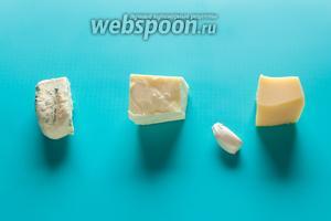 Пока эклеры несколько минут стынут после выпекания, мы занимаемся начинкой. Начинки делаем 2 вида. В состав одной входит какой-нибудь сыр с голубой плесенью и масло в равных долях. В состав второй — любой твёрдый сыр и масло в равных долях, плюс чеснок. Соль — по желанию.
