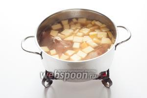 Накромсав мясо так, чтобы оно помещалось в кастрюлю, повар кипятком ополаскивает поддон с соком от запекания и всё это вместе с репой ставит на сильный-сильный огонь. Ну, думает, может, и успею… Варит суп, пену снимает — мясо-то полусырое! Двадцать минут прошло, репа уже сварилась, но бульон — чёрт-те что, мутный какой-то, неаппетитный… А у хозяина, между тем, уже в желудке бурчать начинает в ожидании супа.