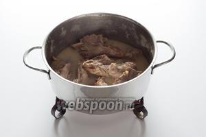 … а мясо-то в бульоне так дальше и варит, но теперь уже на слабом огне.
