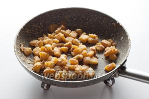 Растопил свиной жир (или масло, что под руку попалось), обжарил в нём репу, мукой присыпал, до коричневого довёл...