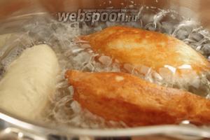 Кладём пирожки швами вниз в разогретое, но не раскалённое масло и жарим с двух сторон.
