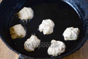 Выкладываем шарики на разогретую с подсолнечным маслом сковороду. Шарики необходимо «приплюснуть», чтобы в процессе жарки, они равномерно прожарились. Обжариваем сырники с двух сторон, до золотистого цвета.