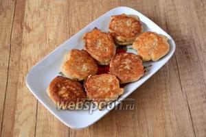 Готовые сырники выкладываем на тарелку. Перед подачей полейте сырники мёдом, так они будут ещё вкуснее. Приятного аппетита!