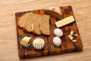 Выложите на стол все необходимые продукты, чтобы было удобно готовить. Возьмём хлеб, сыр, яйца, чеснок и масло сливочное.