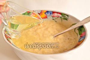 Осталось добавить сюда рафинированное подсолнечное масло. Перемешать. Тесто для выпечки оладьев готово. Тесто по консистенции будет близко к обычному тесту для оладьев.