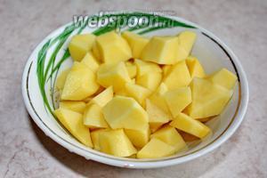 Нарезать картофель и отправить к свёкле и курице в кастрюлю.