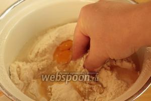 Постепенно вливая чуть тёплую воду (её может понадобиться чуть больше чем 0,5 стакана), замесить мягкое, не липнущее к рукам тесто.