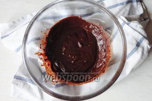 Тем времени растопим шоколад на водяной бане, в растопленный шоколад вливаем молоко и хорошо размешиваем, так шоколад станет менее густым.