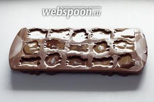 Когда жидкий шоколад разлит по формочкам, важно не забыть сразу же подтереть всякие лишние капли, иначе они превратятся в неаккуратные хвосты, которые потом придётся отламывать от готовых изделий. После этого дайте выстояться шоколаду при комнатной температуре 8-12 часов (зависит не столько от объёма, сколько от толщины изделия).