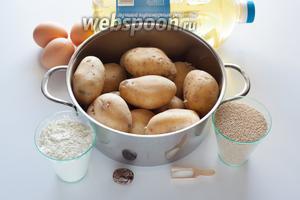 Это своего рода базовый рецепт для картофельных крокетов, которые можно делать с самыми различными добавками. Чтобы получить килограмм картофельного крокетного теста, нам потребуется чуть более килограмма сырой картошки, не склонной к развариванию, и 3 яичных желтка. Тёртый мускат и соль — по вкусу (соль — ещё и в зависимости от того, гарниром к чему будут служить крокеты). 2 литра растительного масла требуется для фритирования, а не в тесто. Мука, панировочные сухари и ещё 1 яйцо (к которому я добавляю белки от 3, желтки от которых ушли в тесто) — для панировки перед фритированием.