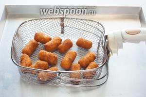 Картофельные крокеты фритируются при температуре 170-180°С 3-5 минут до готовности. Готовность у них наступает, когда они становятся коричневатыми и всплывают.