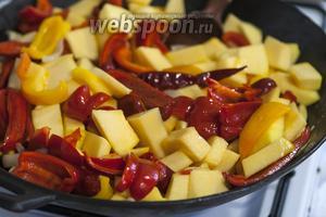 Посолим наши овощи, чтобы ещё лучше подчеркнуть их летнюю сладость.