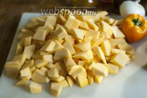 Разрежем нашу полосатую красавицу-тыкву с жёлтой мякотью.