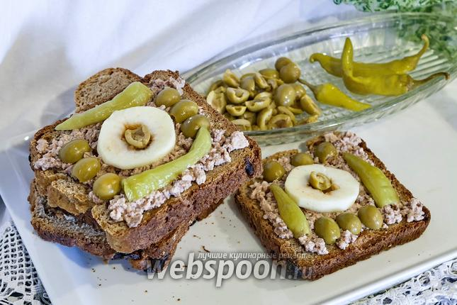 Фото Бутерброд из цельнозернового хлеба с яблоками и печенью трески
