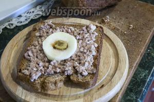 Укладываем по центру намазанного треской хлеба яблочное кольцо.