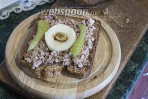 Внутри яблочного кольца разместим 1/2 зелёной оливки (начинкой из креветки вверх).