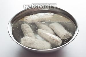 После подваривания колбаски опускаются в холодную воду вплоть до полного остывания. Подчёркиваю — опускаются в воду, а не заливаются водой. Если сделать наоборот, то они могут растрепаться, фактура очень нежная.