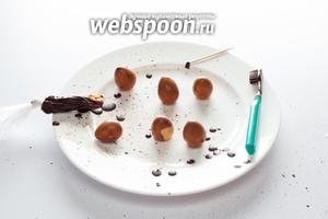 Схема окраски проста (может, кто припомнит со времен рисования в школе?). Капаем жидкий шоколад на чистую зубную щётку — и разбрызгиваем его над яйцами. Если вдруг капнула слишком большая капля, которая нам не нравится, счищаем её зубочисткой, когда застынет (застывает оно быстро, буквально 20-30 секунд). Естественно, процедура эта маркая, так что лучше её производить в ванной и в одежде, которую не жалко. Данная операция — самая трудная во всём рецепте, остальное, в принципе, просто и быстро.