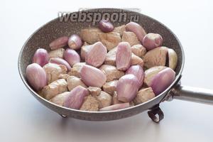 Когда мясо побелело, добавляем луковички и жарим их вместе на слабом огне, пока внешние чешуи лука не станут прозрачными.