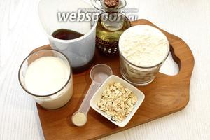 Для приготовления хлеба возьмите кефир, пиво тёмное, мук пшеничную, соль, сахар, дрожжи сухие, масло растительное и овсяные хлопья. Соль, дрожжи и сахар измерять мерной ложкой.