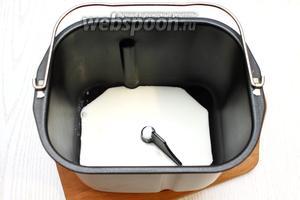 Подогреть кефир и вылить в чашу хлебопечки.