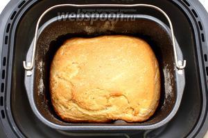 Через 2 часа 45 минут о готовности хлеба нам сообщит хлебопечка. Наш хлеб на пиве и кефире с овсяными хлопьями готов.