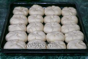 Укладываем пирожки с бараньим фаршем на смазанный маслом лист и даём им расстояться, пока будет нагреваться до 190°С духовой шкаф).