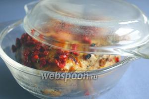 Жарить куриные окорочка в духовке на большом огне, под закрытой крышкой, сначала 15 минут.