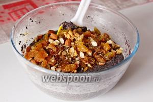 Всыпать орехи и изюм в тесто и хорошо перемешать.