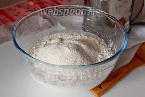 Частями добавляем муку и замешиваем тесто. Муки должно уйти меньше 500 грамм, около 1/2 стакана надо отложить на подпыл.