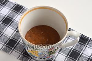 Выложить массу в высокую кружку, слегка смазанную подсолнечным маслом. Теста должно быть не больше 1/2 объёма кружки.