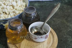 Используем жаропрочную посуду из стекла. Добавим к зёрнам сухой кукурузы соль и немного сливочного масла. Накроем крышкой. В микроволновке используем программу «Микроволны + Гриль». Время — 3,5 минуты.