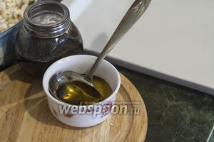 Размешаем чёрную патоку с жидким мёдом. Совет: если мёд застыл, разогрейте банку в духовке, при температуре ниже 100°С.