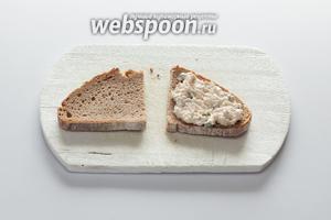 На горячий тост нанести слой тунцового майонеза.