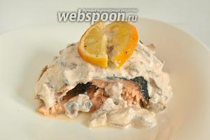На тарелку положить кусок рыбы полить соусом. Такая рыба хороша и без гарнира.
