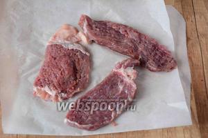 Мясо отбить молоточком, мясо должно быть средней толщины.