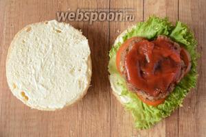 На помидоры выложить котлету и смазать её кетчупом.