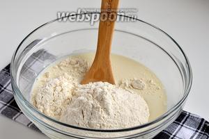 Для теста соединить молоко, соль и просеянную муку.