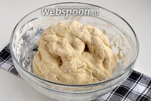 Замесить довольно плотное тесто. Завернуть в пищевую плёнку и оставить на 30 минут.
