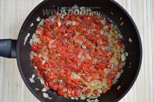 Добавить порезанную мякоть помидоров, хорошо перемешать, обжаривать ещё пару минут.