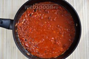 Положить в сковороду фасоль, залить томатным соком, оставшимся от помидоров. Довести чили до кипения, после чего убавить огонь до среднего. На этом же этапе следует добавить половину общего объёма специй, а также соль и сахар.