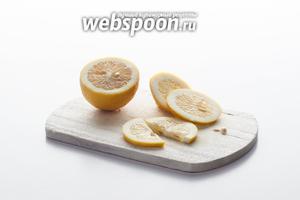 Готовим фрукт, который будет потом использован для декора. Это может быть полукольцо или долька лимона.