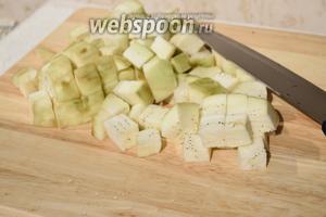 В то время когда варится нут, очистить баклажаны от кожицы, нарежьте их кубиками и обжарьте в масле.