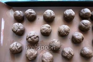 Выпекаем в разогретой до 180°С духовке 20-25 минут. Печенье почти не поднимется, на нём появятся трещины.