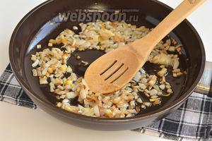 Лук очистить, порезать кубиком и обжарить на растительном масле до лёгкой золотистости.